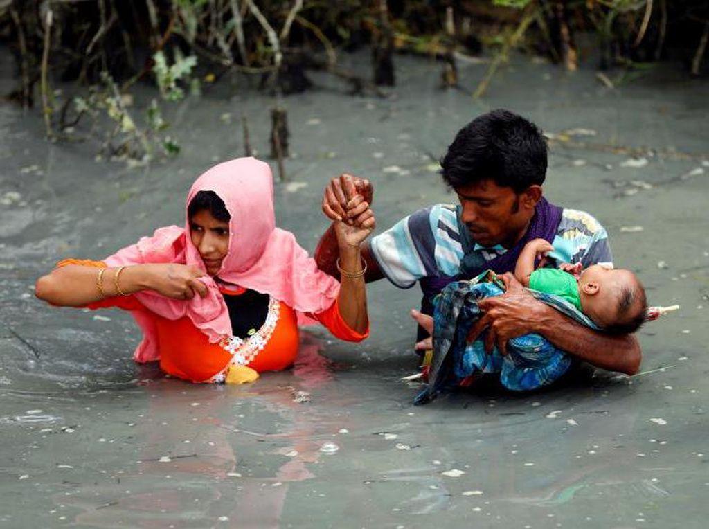 Potret Memilukan Etnis Rohingya Lewati Rawa dengan Membawa Bayi
