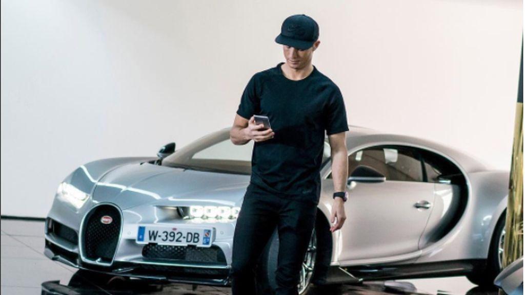 Duh Bikin Iri, Foto Cristiano Ronaldo Mejeng dengan Mobil Mewahnya