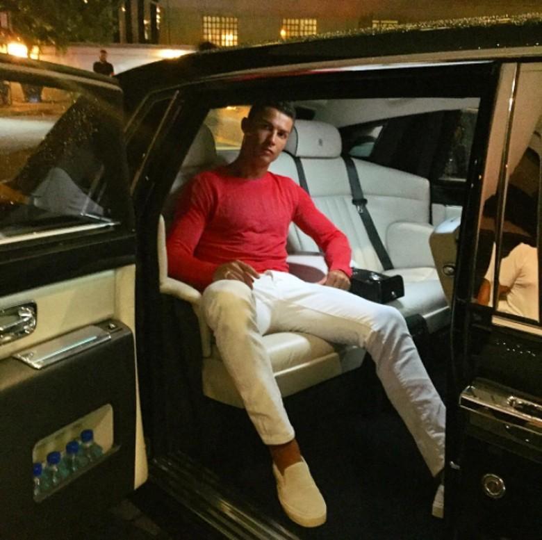 Asyik Bener Cristiano Ronaldo 'Karaoke' Sambil Nyetir Rolls-Royce