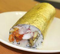 Sushi dengan lapisan emas.