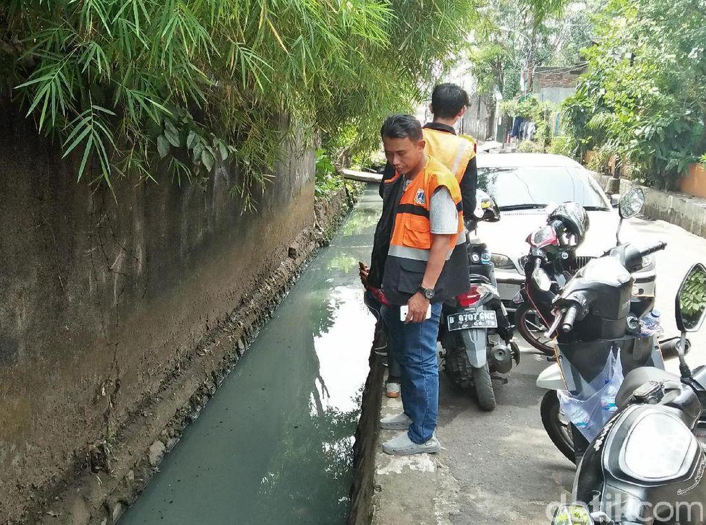 Petugas Badan Air-PPSU Cek Got yang Berubah Warna di Kebon Jeruk
