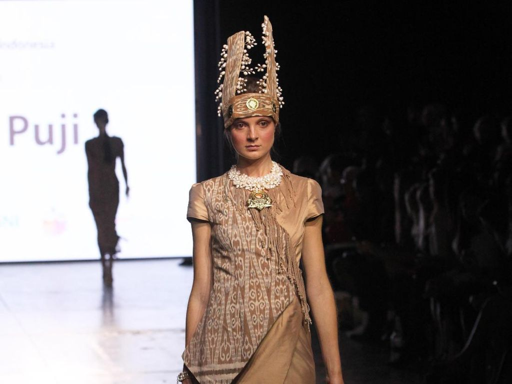 Ketika Kain Tenun Dayak Iban Berkibar di New York Fashion Week 2017
