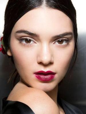 Bukan Merah atau Pink, Ini Warna Lipstik yang Sedang Tren untuk Pengantin