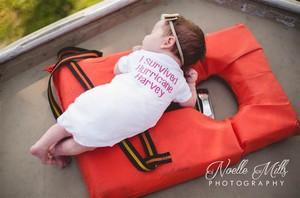 Cerita Sarat Makna di Balik <i>Photoshoot</i> Bayi di Atas Perahu Evakuasi