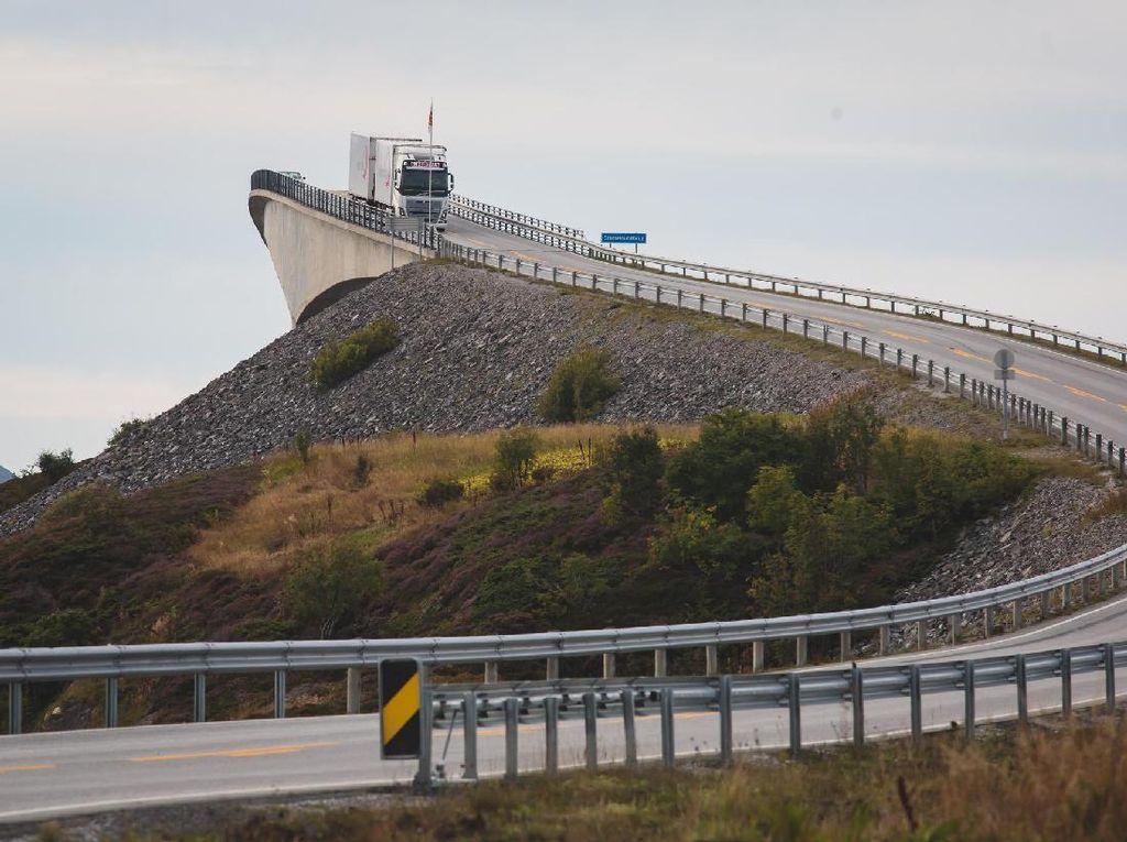 Foto: Jembatan Paling Mengerikan, Tengahnya Seperti Putus