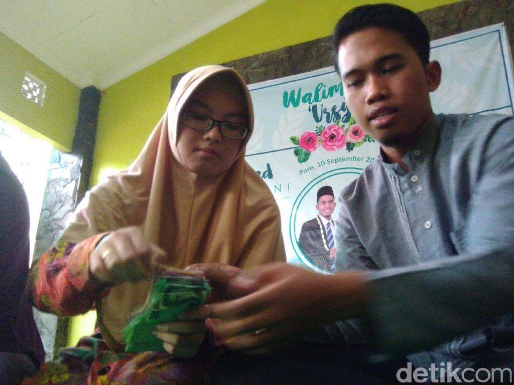 Pengantin Baru ini Serahkan Hadiah Pernikahan untuk Kemanusiaan