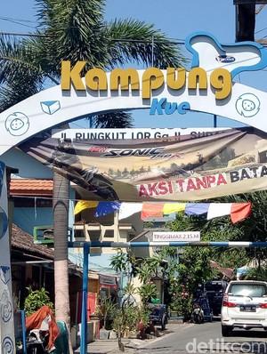 Melihat Kesibukan Kampung Kue Tradisional di Surabaya Sejak Pagi