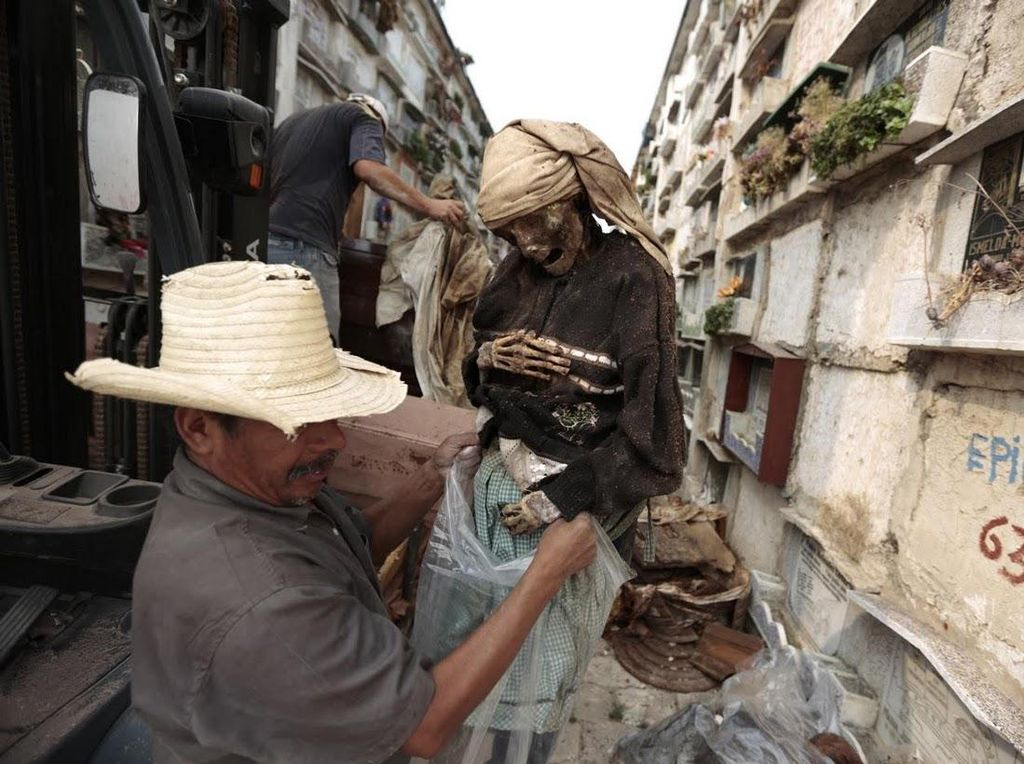 Foto: Bersih-bersih Kuburan yang Tidak Biasa