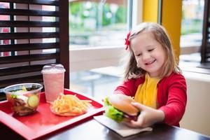 Bolehkah Anak Bermain Sambil Makan? Ini Kata Psikolog