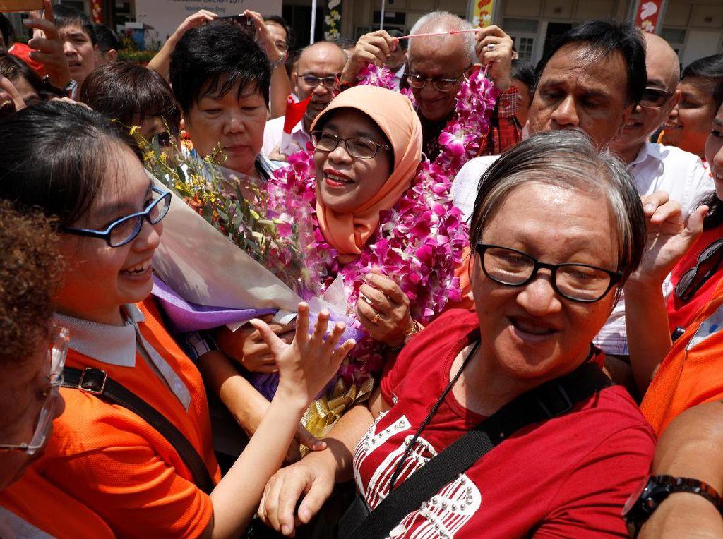 Disambut Sorakan, Halimah Resmi Jadi Presiden Wanita Pertama Singapura