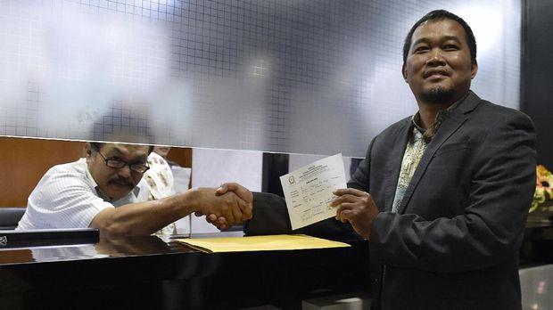 Koordinator Perkumpulan Masyarakat Anti Korupsi Indonesia Boyamin (kanan) menyerahkan laporan dugaan pelanggaran etik oleh Wakil Ketua DPR Fadli Zon terkait penundaan pemeriksaan Setya Novanto ke Mahkamah Kehormatan Dewan (MKD), Kompleks Parlemen Senayan, Jakarta, Rabu (13/9). Laporan dugaan pelanggaran kode etik yang dilakukan Fadli Zon yaitu dengan menyalahgunakan wewenang mengintervensi proses penegakan hukum yang dilakukan oleh KPK atas Setya Novanto. ANTARA FOTO/Puspa Perwitasari/nz/17