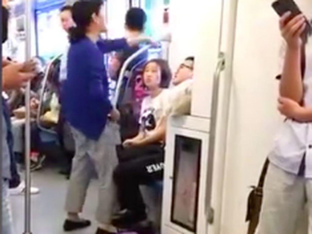 Tak Diberi Tempat Duduk di Kereta, Wanita Ini Lakukan Aksi Kocak