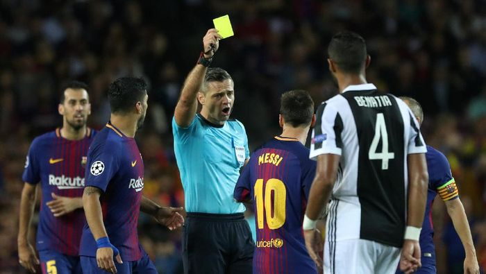 Lionel Messi dikartu kuning saat Barcelona menghadapi Juventus (Foto: Susana Vera/REUTERS)