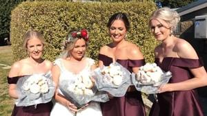 Sedang Tren! Bridesmaids Kini Tak Bawa Buket Bunga Tapi Buket Donat