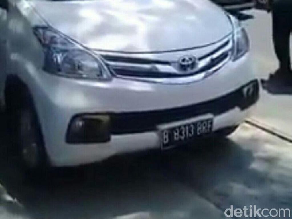 Ketika Kereta Api di Solo Berhenti Gara-gara Mobil Parkir di Rel