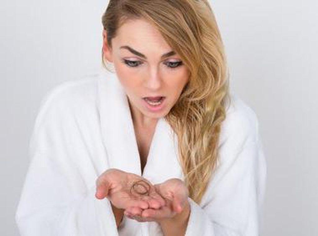 Fakta Penting Tentang Rambut Rontok yang Perlu Kamu Ketahui (1)