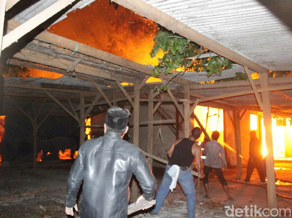 Api Padam, Kebakaran Pasar Mebel Bukir Habiskan 50 Tangki Air