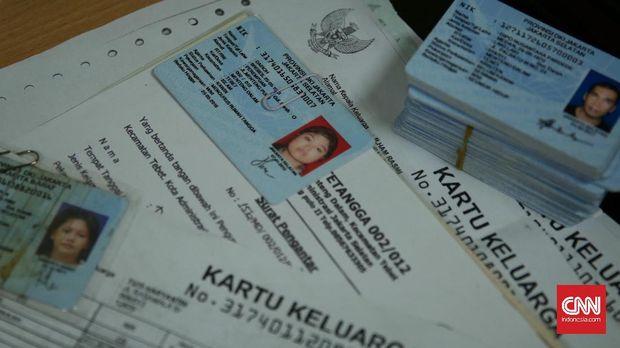 Petugas menunjukan E-KTP yang belum diambil warga di Kelurahan Menteng Dalam, Jakarta (14/9). (CNN Indonesia/ Hesti Rika)