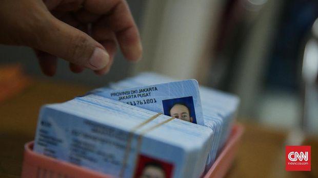 Petugas sedang mengecek E-KTP yang belum diambil warga di Kelurahan Cideng, Jakarta (14/9). (CNN Indonesia/ Hesti Rika)