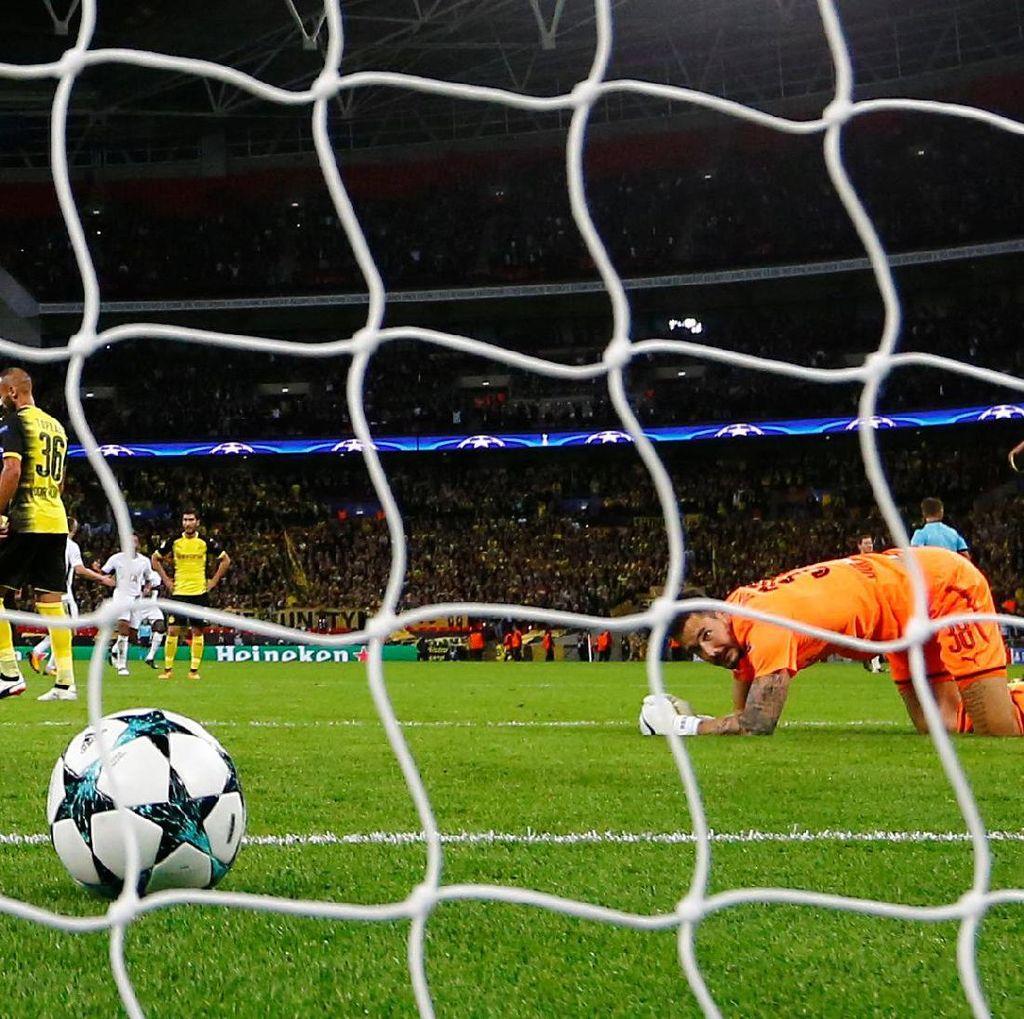 Dikritik Usai Kekalahan dari Spurs, Kiper Dortmund Membela Diri