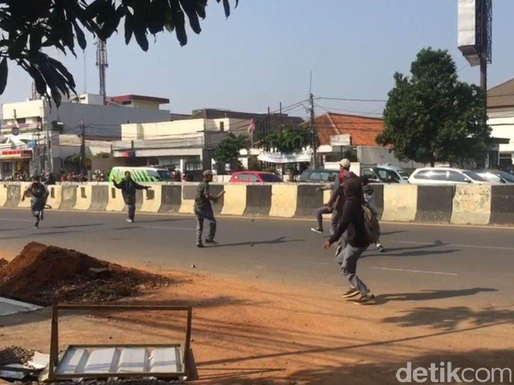 Polisi Bubarkan Tawuran Pelajar di Matraman