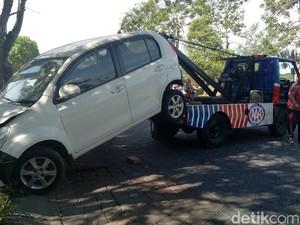 Mobil Sirion Putih Masuk Parit Berhasil Dievakuasi