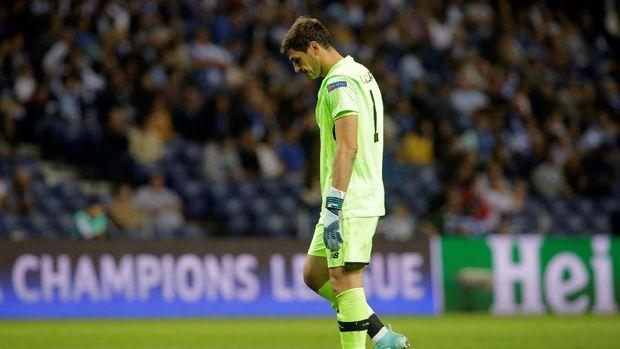 Iker Casillas harus menelan kecewa karena gawangnya tiga kali dibobol lawan.