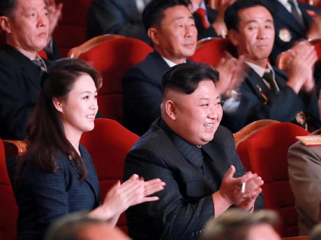 Kemunculan Perdana Istri Kim Jong-Un Usai Setahun Tak Kelihatan
