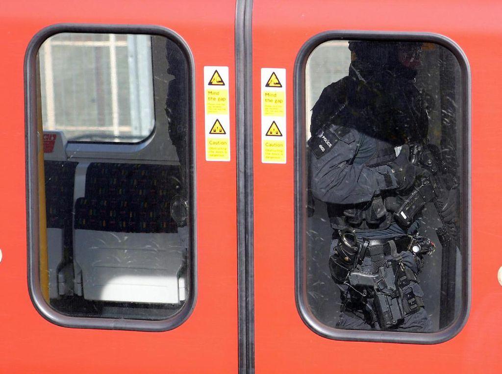 Polisi Inggris Buru Pelaku di Balik Ledakan Kereta London