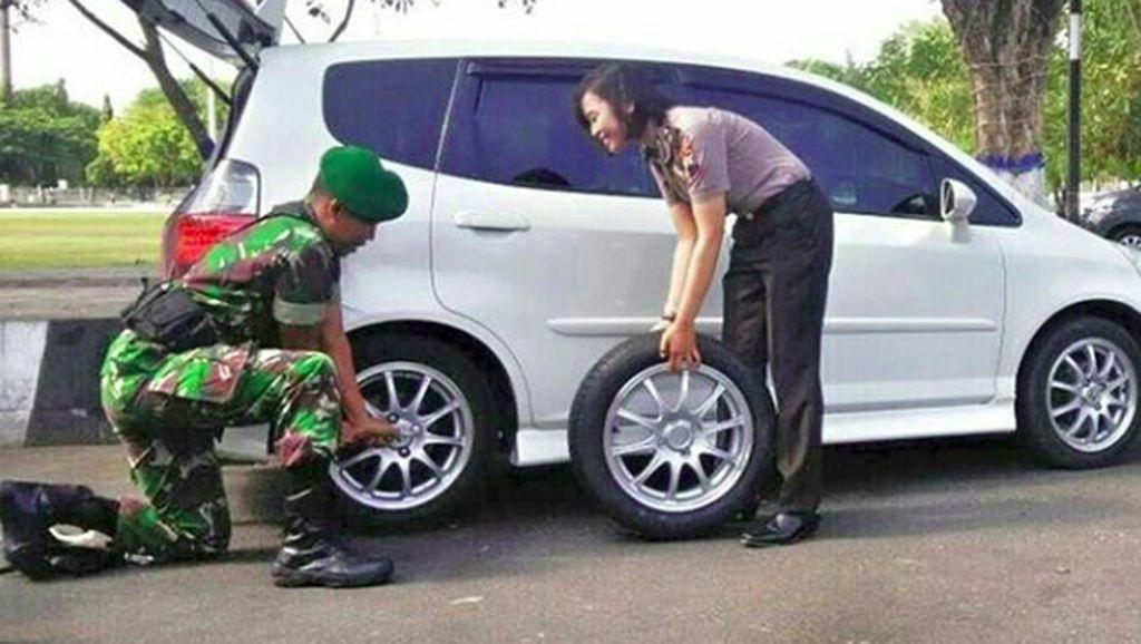 Potret Romantis Prajurit TNI Bantu Polwan Ganti Ban Mobil Bocor