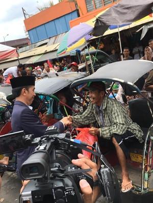 Jokowi Bagi-bagi Sembako ke Tukang Becak di Banjarmasin