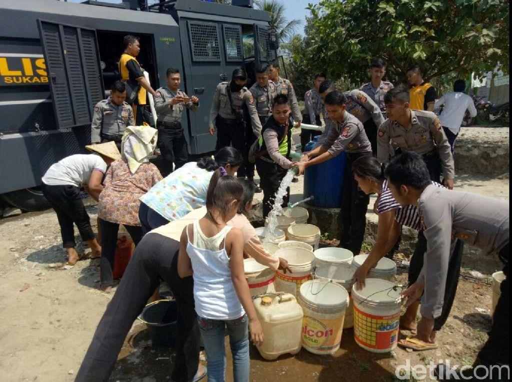 Di Sukabumi, Water Cannon Dipakai Polisi Salurkan Air Bersih