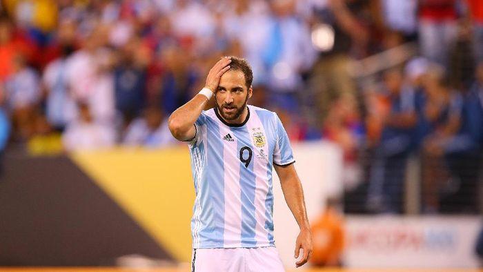Gonzalo Higuain memutuskan gantung sepatu alias pensiun membela Timnas Argentina. (Foto: Mike Stobe/Getty Images)