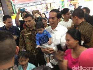 Foto: Gendong Cucu, Presiden Jokowi Bersama Keluarga Main ke Mal