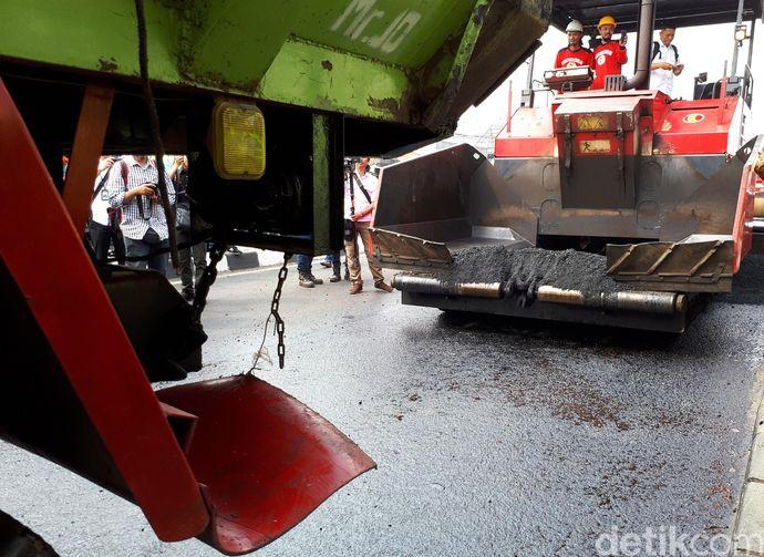 Jakarta - Uji coba penerapan penggunaan limbah plastik pada campuran aspal untuk perkerasan jalan dilakukan di Bekasi. Jalan yang diujicoba aspal plastik sepanjang 3 km   foto dari finance.detik.com