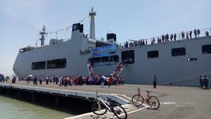 Antusiasnya Warga Naik Kapal Perang Kelilingi Suramadu