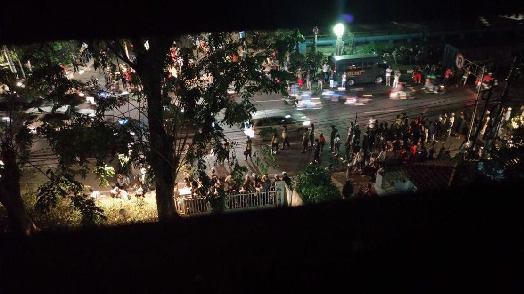 Foto-foto Aksi Pengepungan Gedung LBH Jakarta yang Berujung Rusuh
