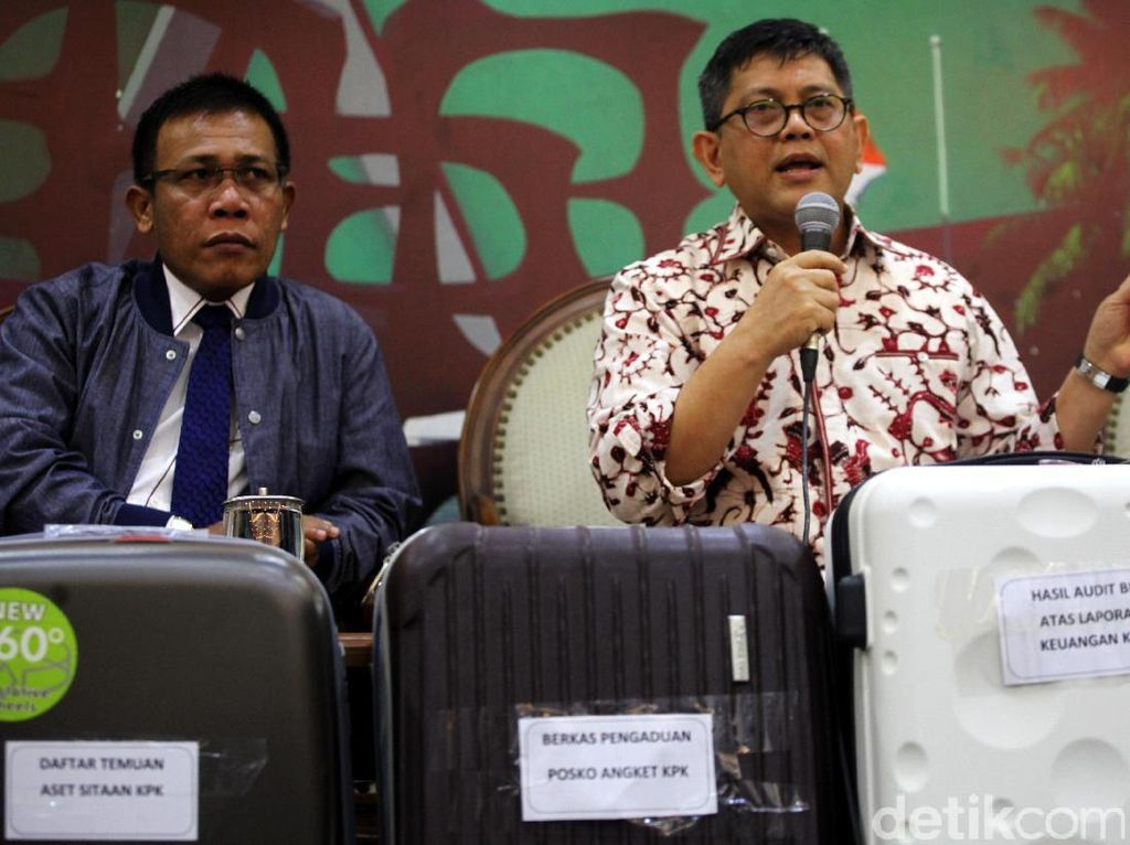 Pansus Angket KPK Bawa 5 Koper Dokumen ke Paripurna