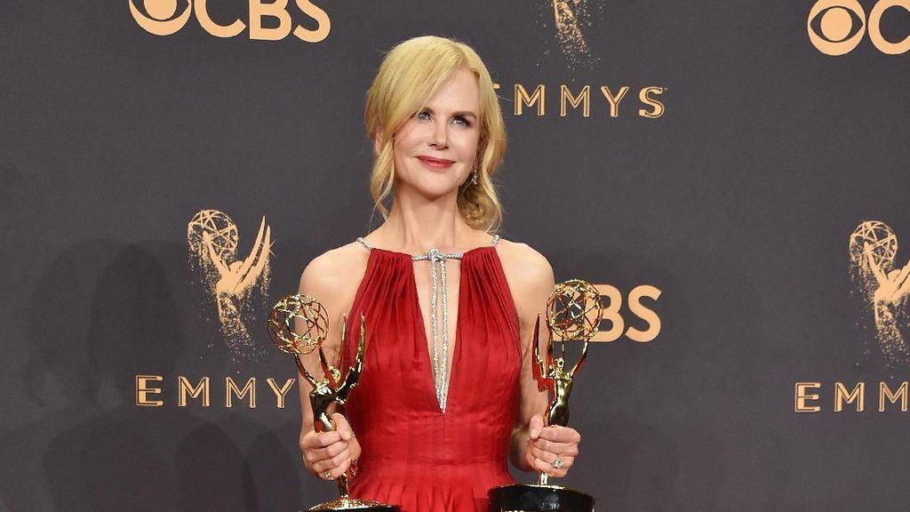 Foto: 10 Gaun Selebriti Paling Memukau di Emmy Awards 2017