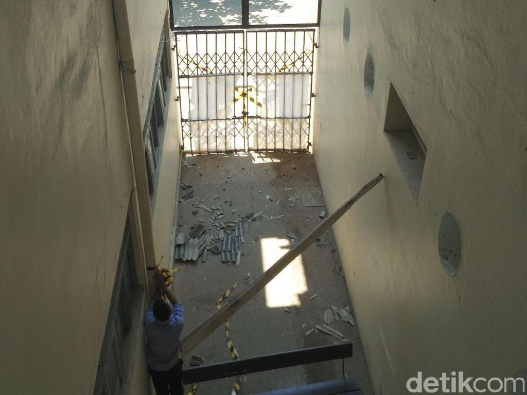 Melihat TKP Tewasnya Mahasiswa UGM karena Jatuh dari Atap Gedung