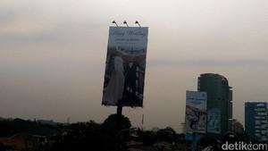 Bikin Heran, Ada Billboard Happy Wedding di Tanjung Barat