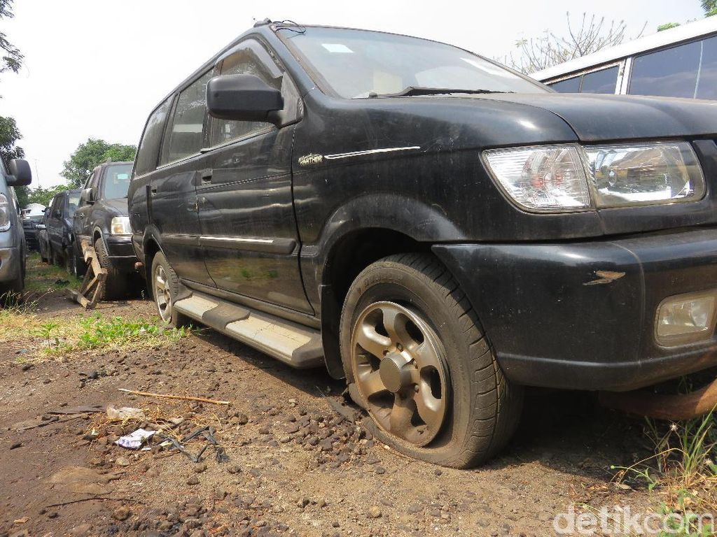 Melihat Mobil Seharga Rp 28 Juta yang Dilelang KPK