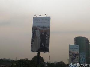 Ada Alasan Romantis di Balik Aksi Pasang Billboard Pernikahan di Tj. Barat