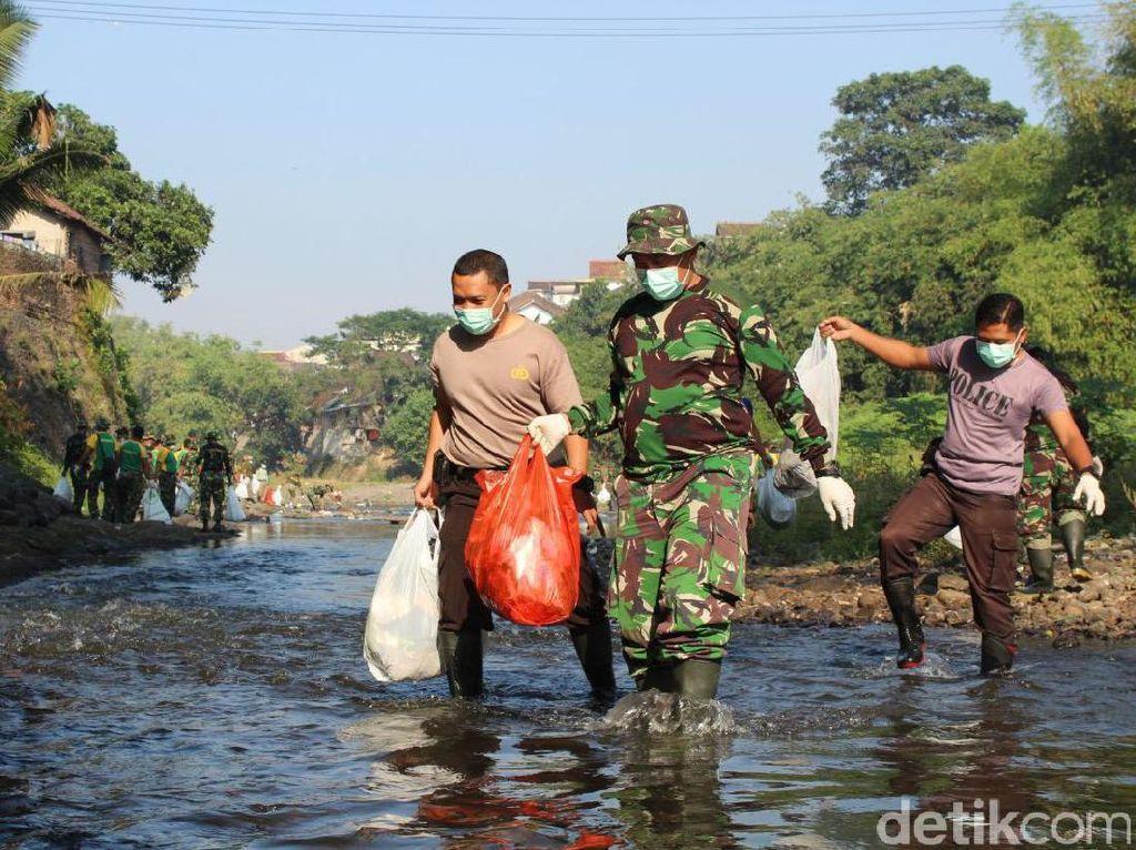 TNI-Polri Bersih Sampah Sungai Ajak Masyarakat Peduli Lingkungan