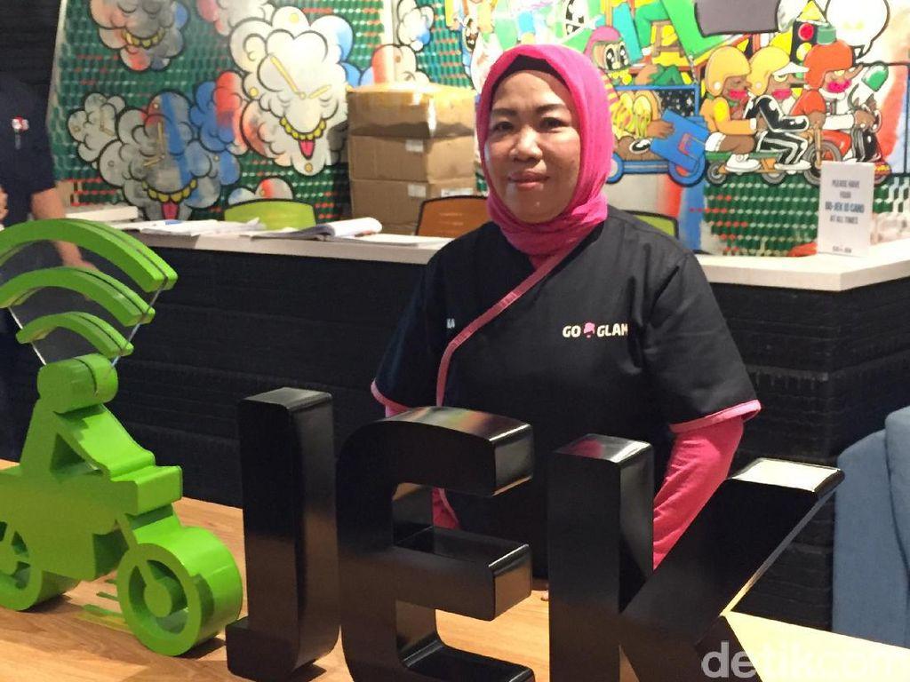 Kisah Inspiratif Ibu Tina Mencari Rezeki: Usia 50 Semangat Kerja Bak Usia 30