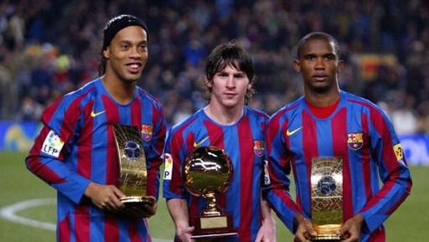 FC Barcelona's Brazilian Ronaldinho(L) Samuel Eto'o (R) of Cameroon  hold the trophies of FIFA World Player of the Year and Argentinian Leo Messi with his Golden Boy trophy   before the Spanish League football match against Celta at the Camp Nou stadium in Barcelona, 20 December 2005. AFP PHOTO/CESAR RANGEL / AFP PHOTO / CESAR RANGEL