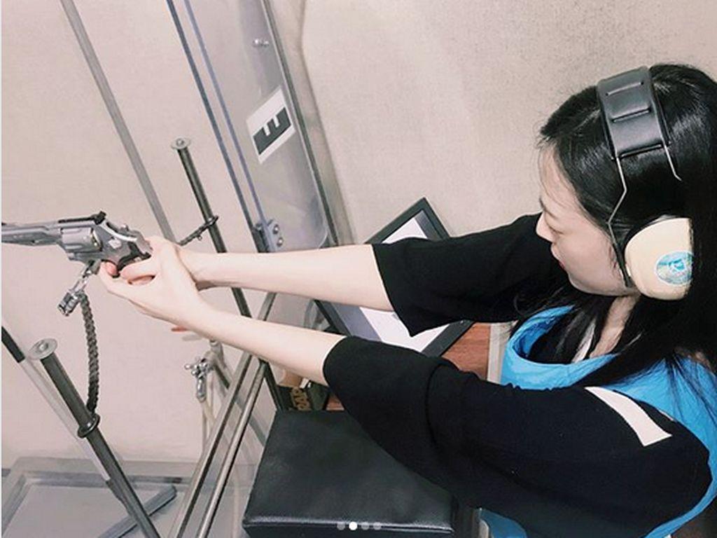 Wah! Ini Gaya Sulli Eks Member Girlband f(x) Lakukan Olahraga Menembak