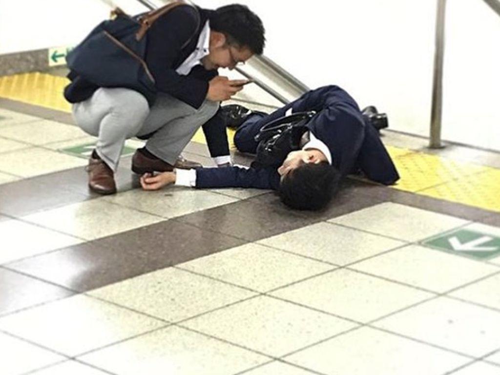 Instagram Ini Rekam Karyawan di Jepang 'Hobi' Terkapar di Jalan