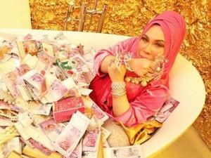 Manohara Makin Langsing, Sosialita Malaysia Mandi Tumpukan Uang