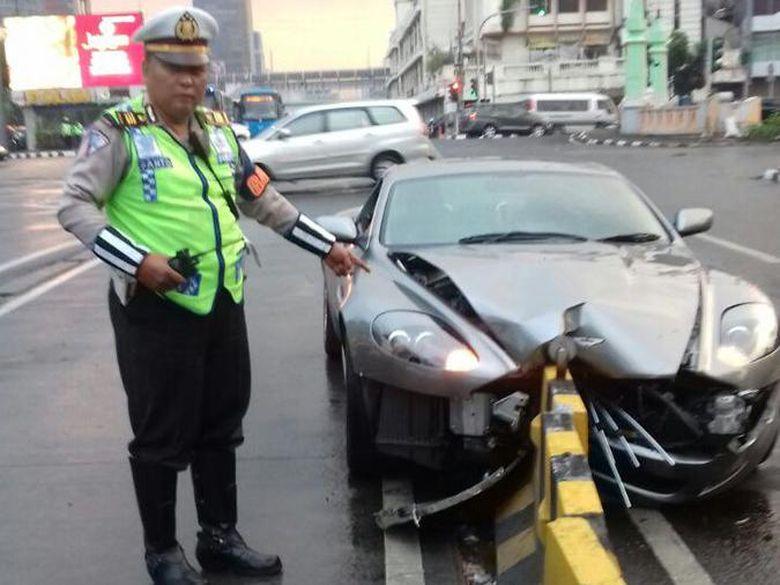 Kata Polisi Soal Penyebab Driver Aston Martin Meleng Tabrak Separator